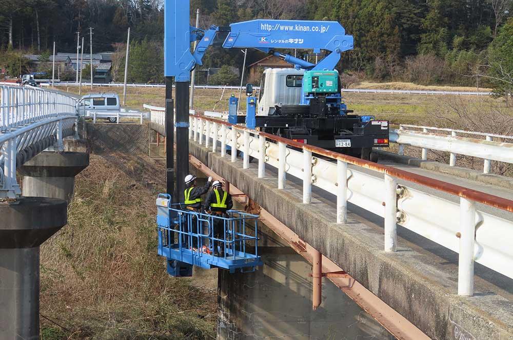 橋梁点検車での作業イメージ